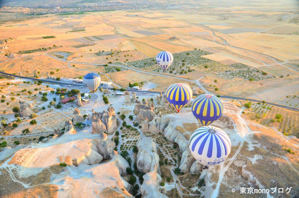 気球と奇岩