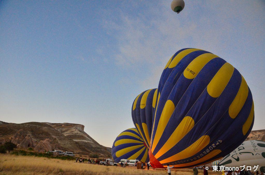 気球に熱風をいれて膨らましている様子