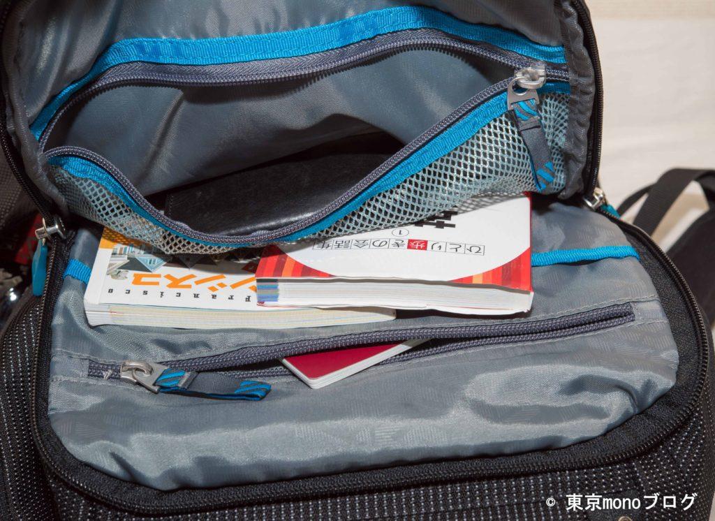 Thuleのパソコン用バックパックに荷物を詰めた様子