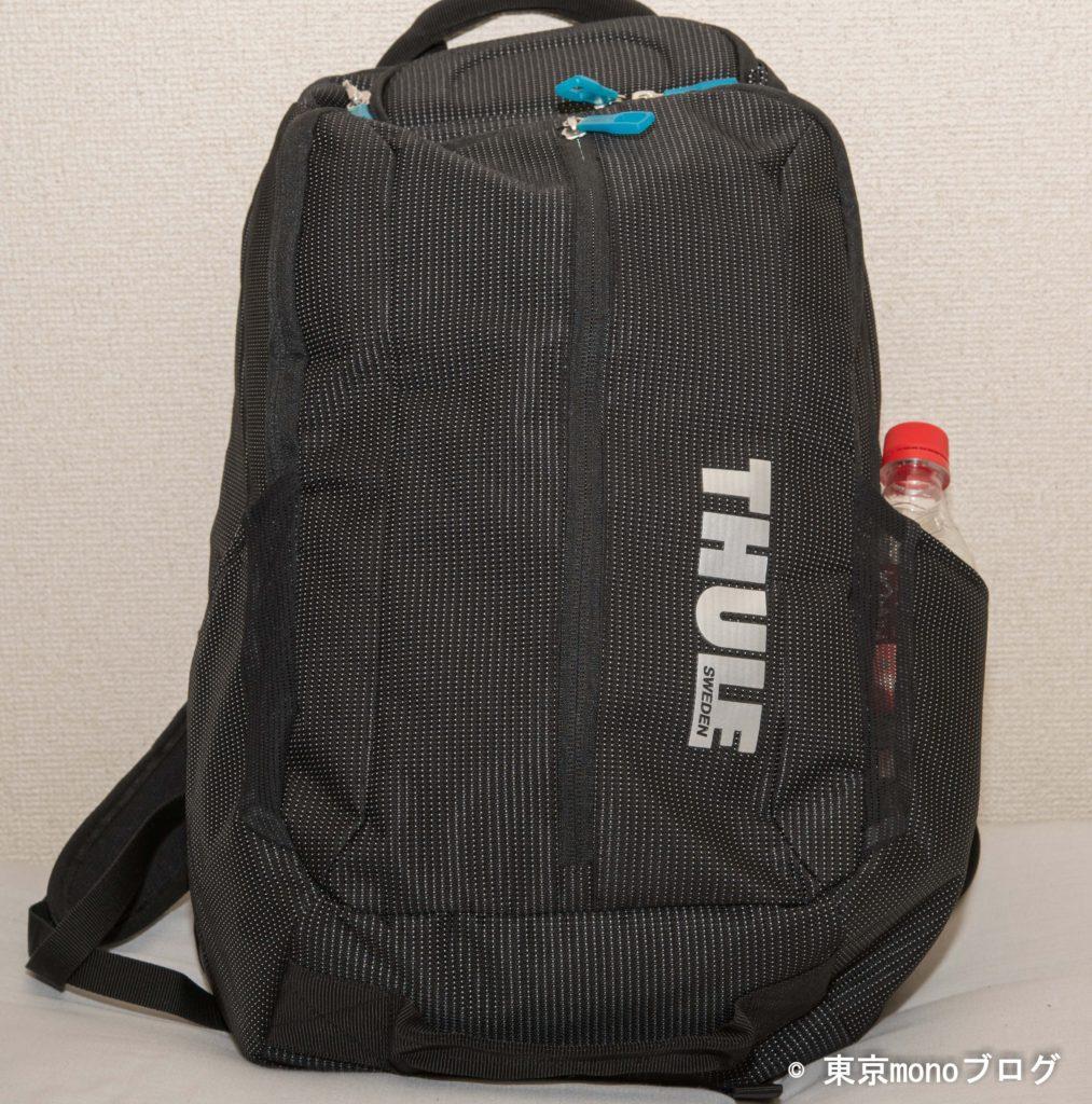 Thuleのノートパソコン用バックパックに荷物を詰め込んだ様子