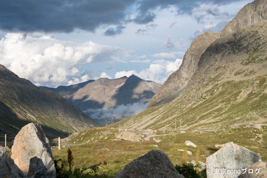 バスが停車した眺めの良い峠からの景色