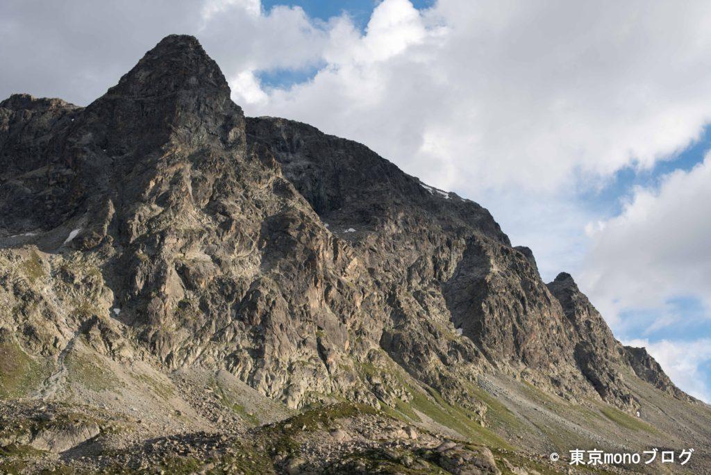 バスから降りてゆっくり眺めると、山がより壮大に感じました。