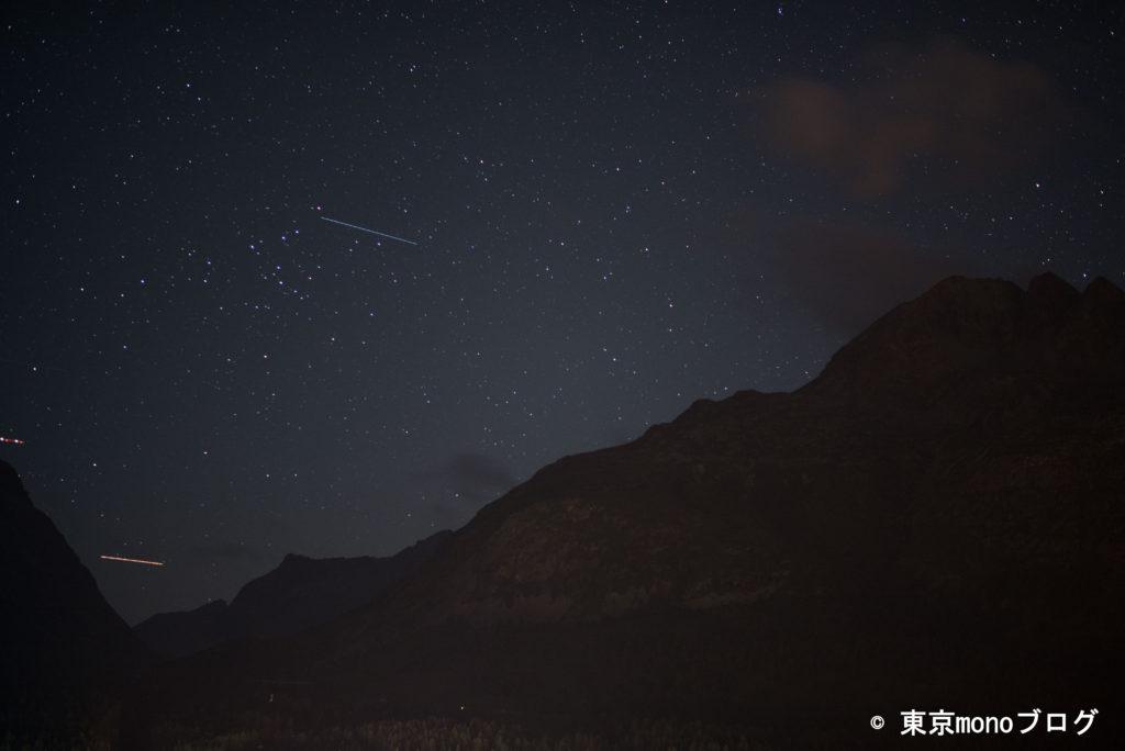 飛行機か流れ星が写ってました