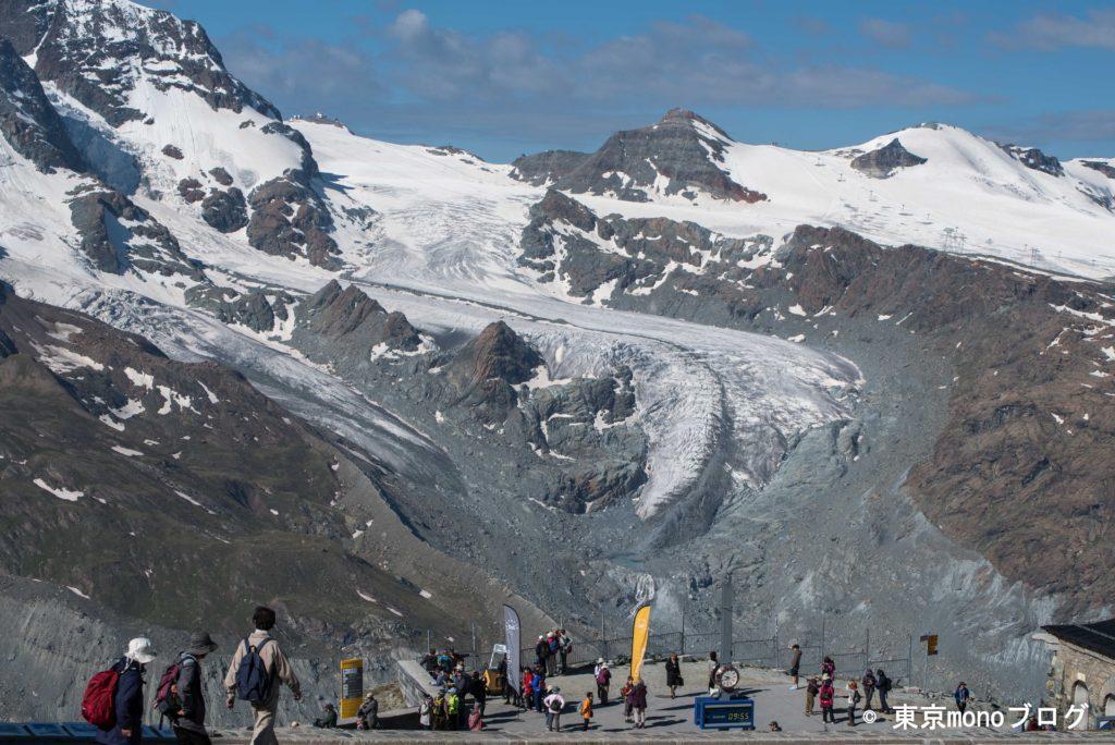 駅の奥には氷河が見えます
