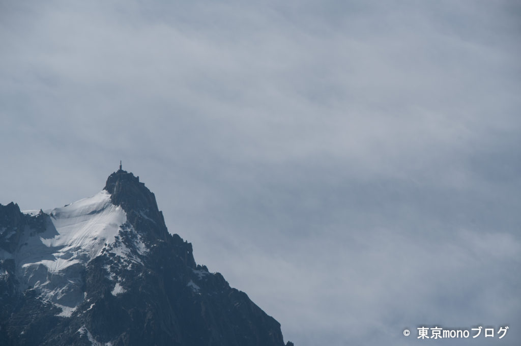 遠くにエギーユ・デュ・ミディ展望台が見えます