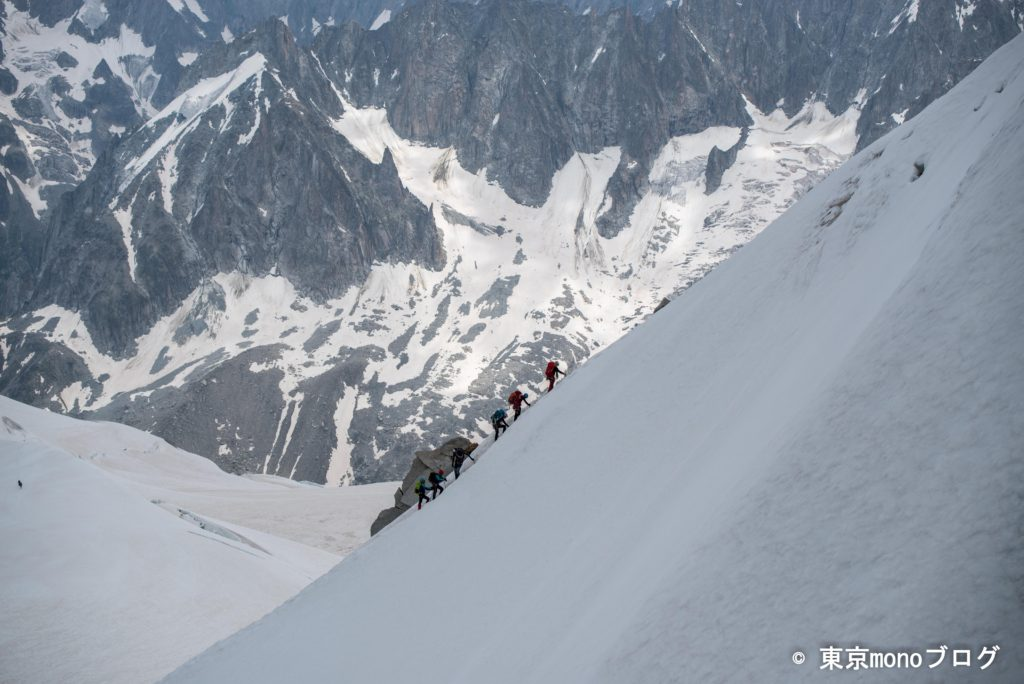 雪山を登ってくる登山者もいました