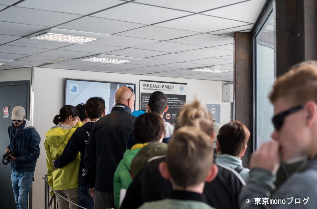 飛び出たガラスの部屋には、観光客の行列。