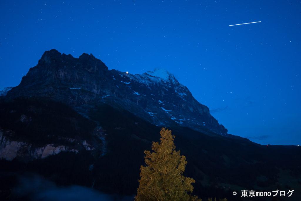 飛行機?流れ星が写っています。