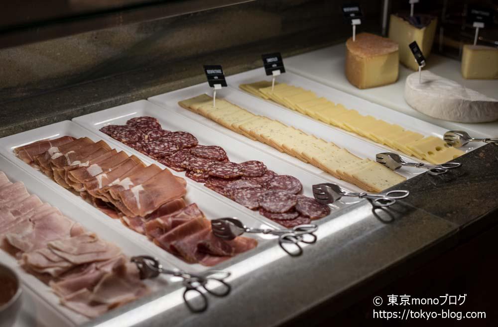 チーズは穴空きチーズ。お肉の種類も沢山ありました。